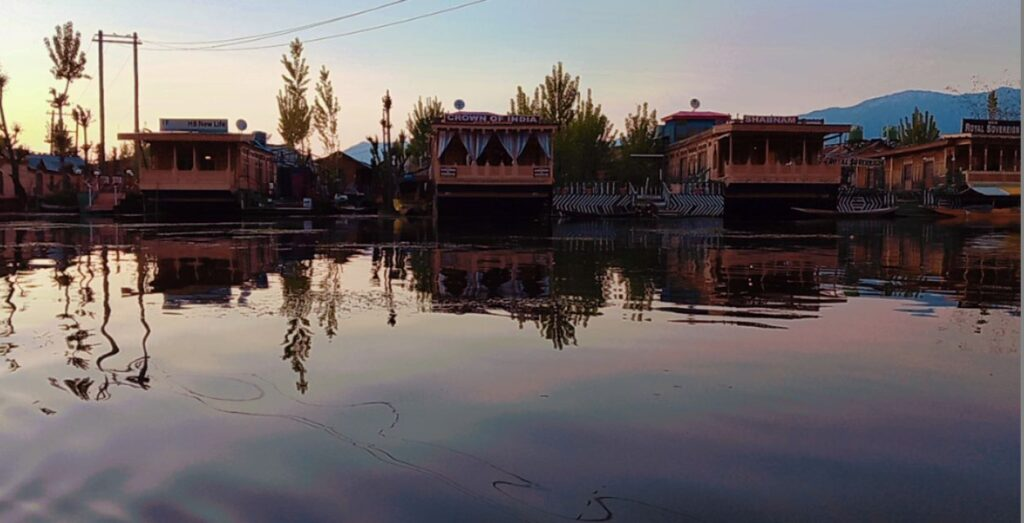 HOUSEBOATS IN KASHMIR
