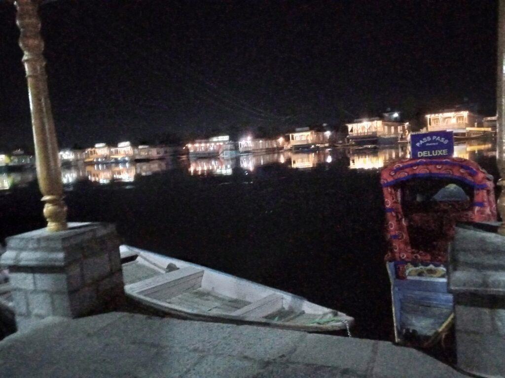 srinagar houseboat at night
